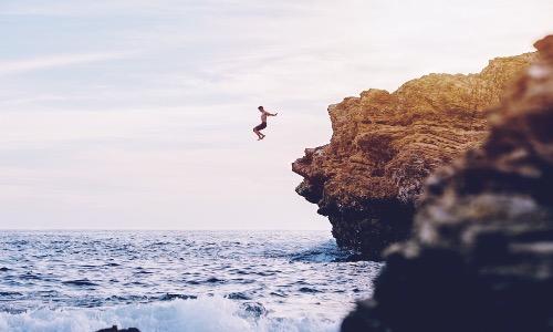 【夢占い】飛び降りる夢の意味は?結果や状況別の夢占い結果7つ