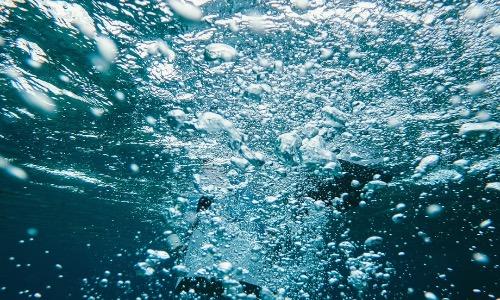 【夢占い】泳ぐ夢は妊娠の報せ!?海・川・空中などの意味